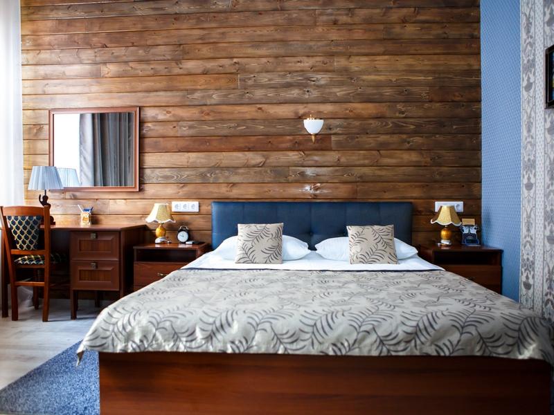 Номер 10 с деревянной стеной, двуспальной кроватью с ортопедическим матрасом, Абажуръ, Томск