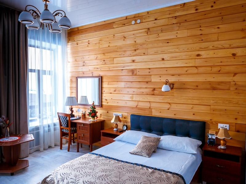 Номер 3 с деревянной стеной, двуспальной кроватью с ортопедическим матрасом, Абажуръ, Томск