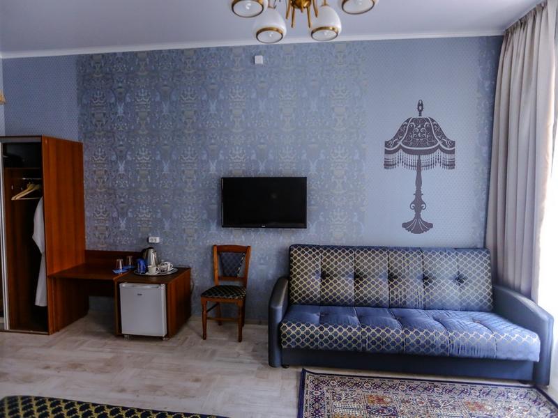 Детали номера 3, телевизор и мягкая мебель, Абажуръ, Томск