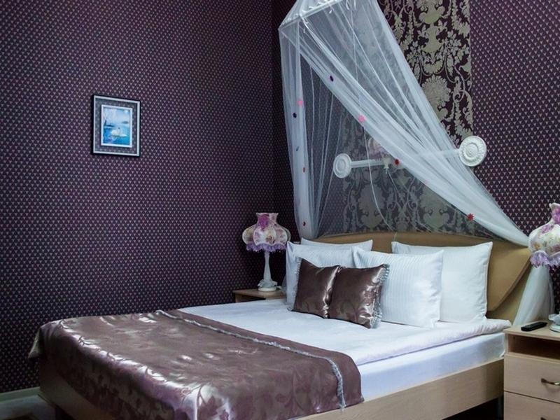 Двуспальная кровать с ортопедическим матрасом и ортопедическими подушками