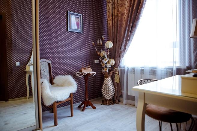 Детали спальни с креслом, постером и светильником, Абажуръ, Томск