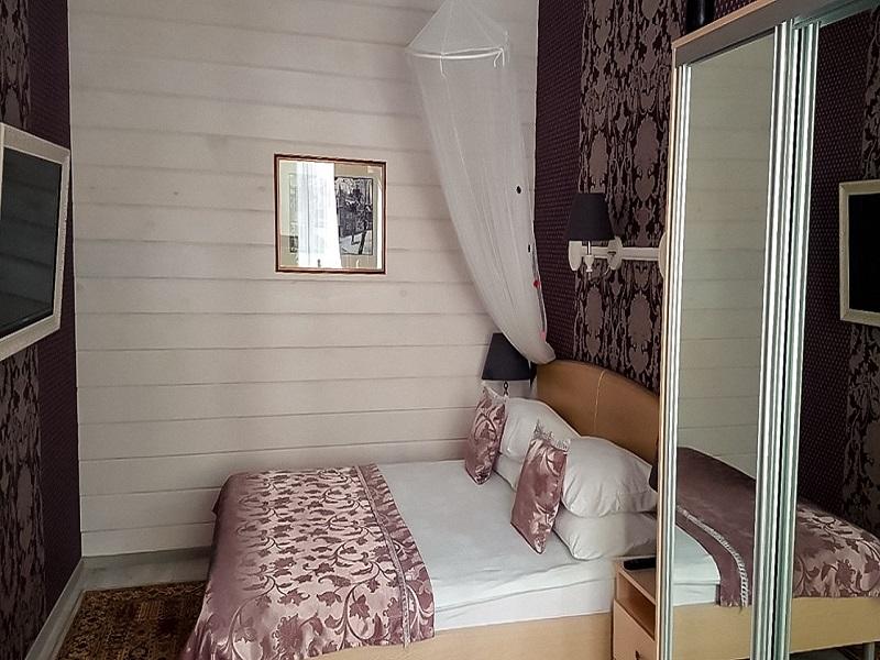 Cпальня с деревянной стеной, Абажуръ, Томск
