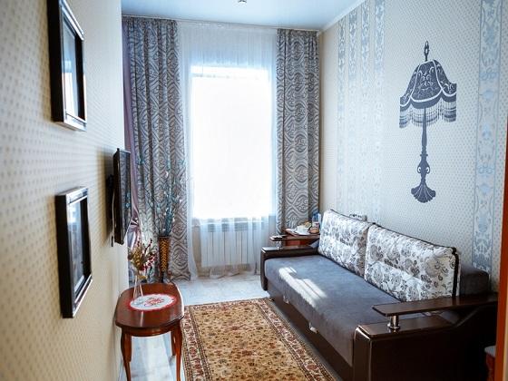Комната отдыха с диваном, телевизором и кофемашиной, номер 6, Абажуръ, Томск
