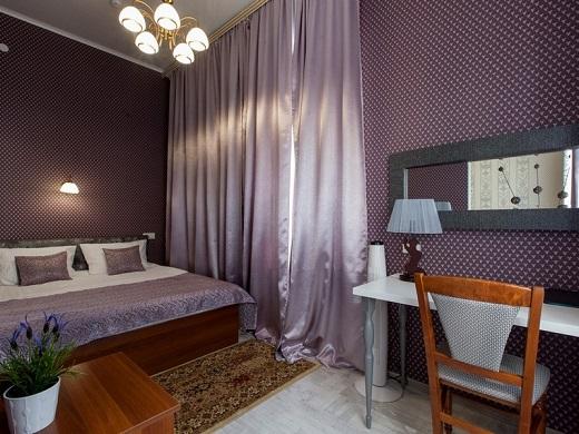 Спальня номера 6 с двухспальной кроватью, ортопедическим матрасом и ортопедическими подушками, Абажуръ, Томск