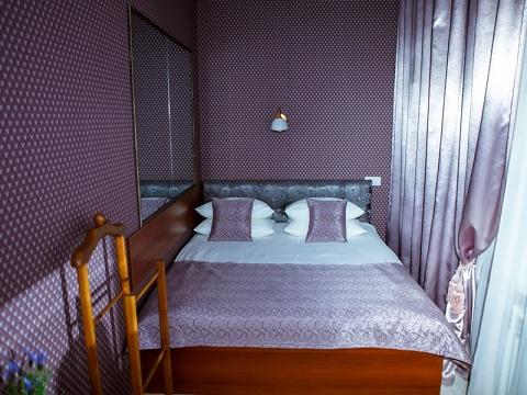 Детали спальни, зеркало и двухспальная кровать, номер Полулюкс, Абажуръ, Томск