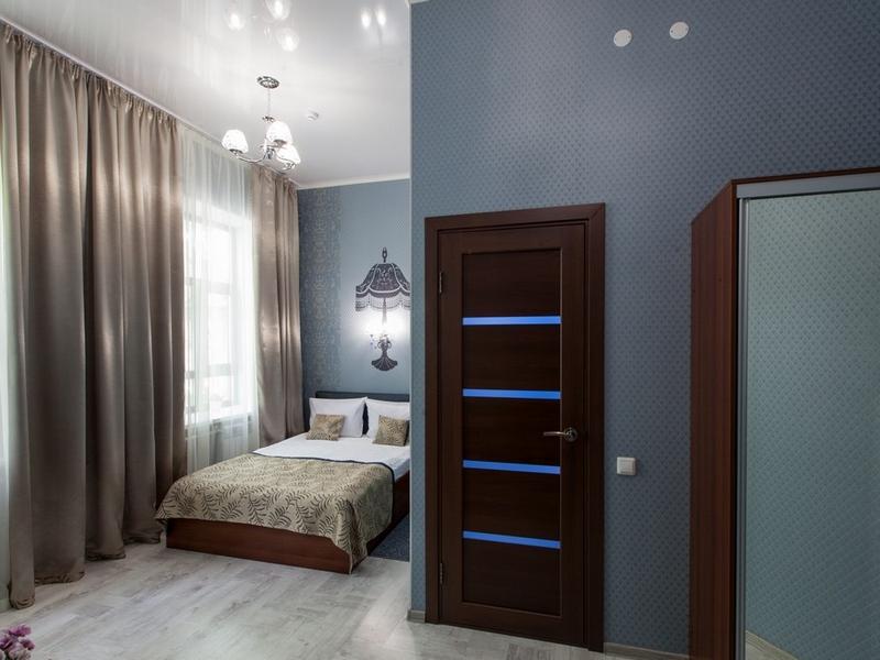 Общий вид номера 1 с двухспальной кроватью и ортопедическим матрасом, Абажуръ, Томск