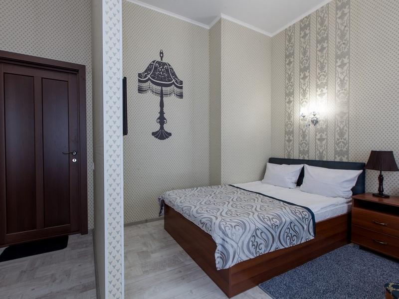 Общий вид номера 7 с двухспальной кроватью и ортопедическим матрасом, Абажуръ, Томск