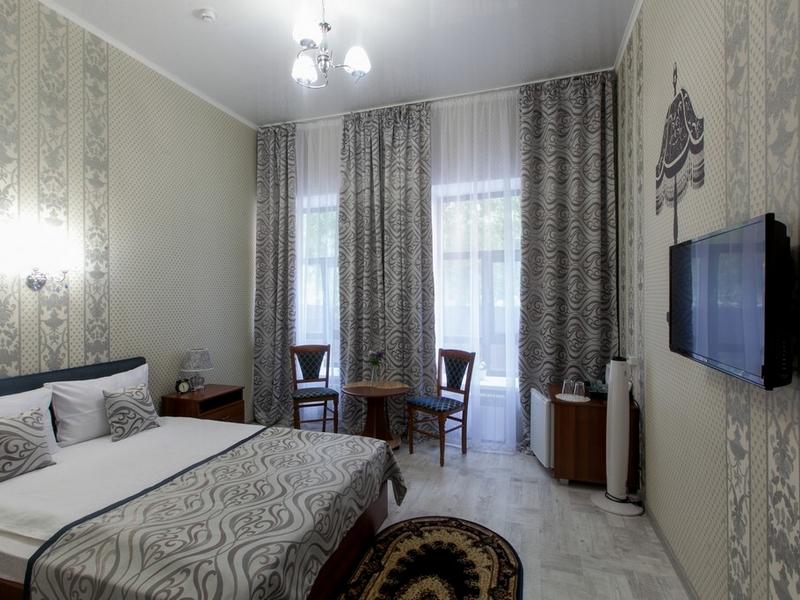 Общий вид номера 4 с двухспальной кроватью и ортопедическим матрасом, Абажуръ, Томск