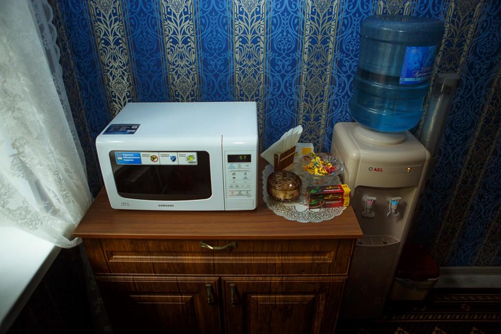 Кулер, чай, сахар и микроволновая печка
