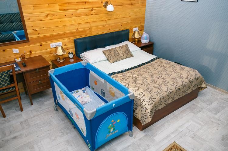Мягкая детская кроватка, номер Комфорт,гостиница Абажуръ Томск