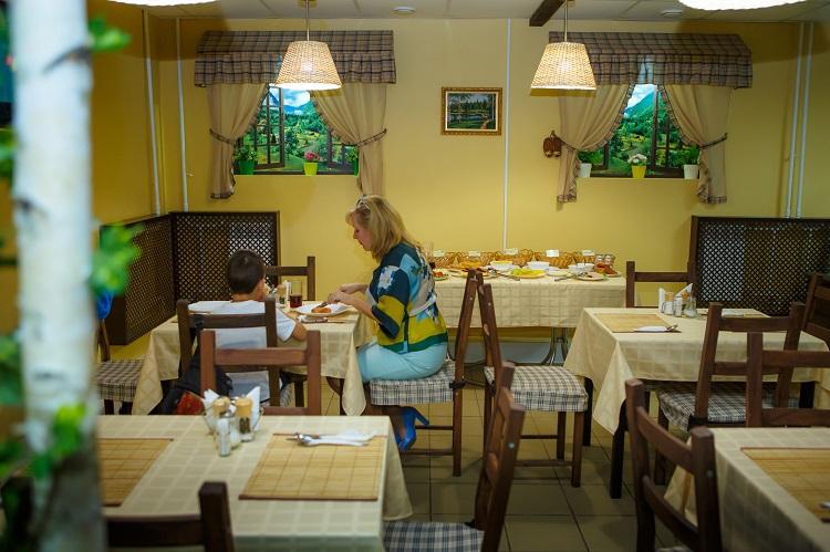 Кафе для завтраков, обедов и ужинов в гостинице Абажуръ, Томск