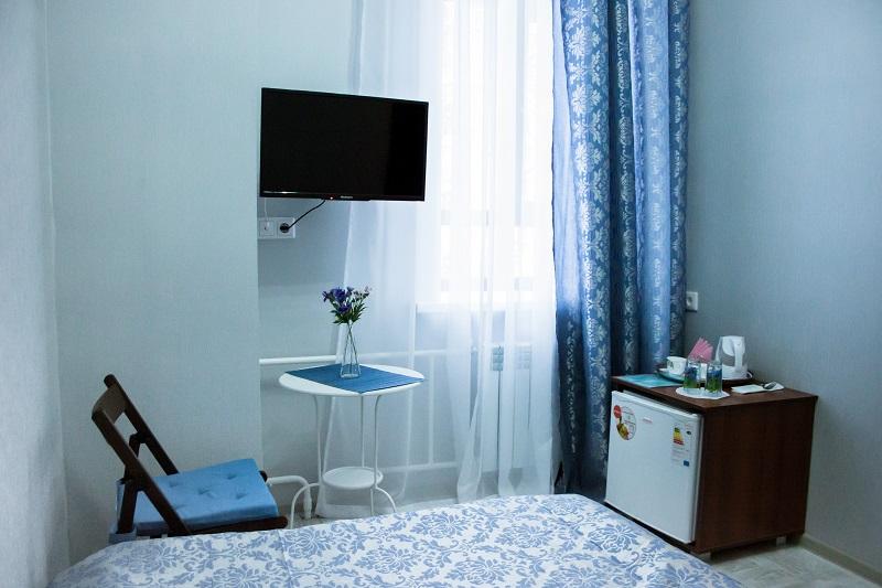 Телевизор, хододильник и чайные принадлежности