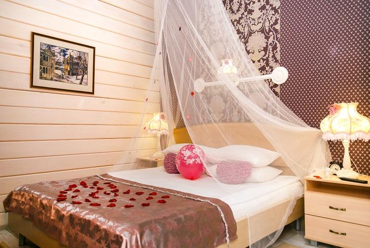 Балдахин, сердце из лепестков роз, свадебный номер Люкс, гостиница Абажуръ, Томск