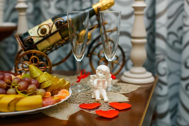 Фрукты, шампанское, сердечки, ангел, свадебный номер, гостиница Абажуръ Томск