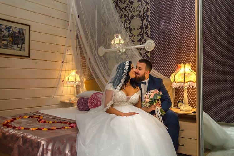 Счастливые молодожены, свадебный номер гостиницы Томска Абажуръ
