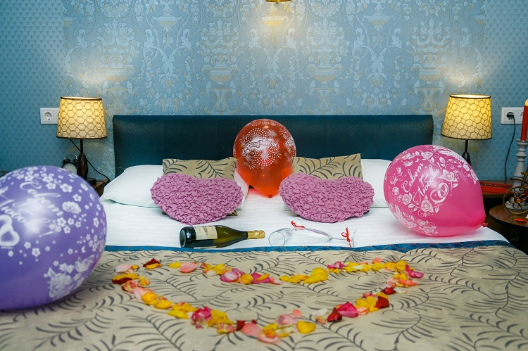 Balloons, champagne, rose petals, wedding number for newlyweds, hotel Abazhur Tomsk