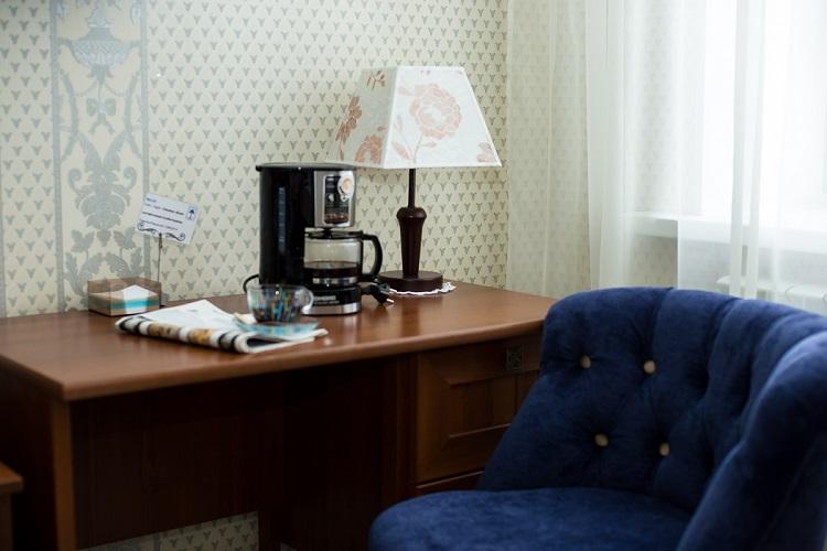 Зона с письменным столом и креслом, номер Стандарт улучшенный, гостиница Абажуръ Томск