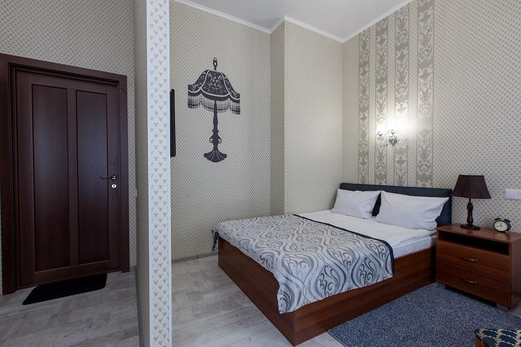Номер с двухспальной кровать с ортопедическим матрасом и подушками, гостиница Абажуръ Томск